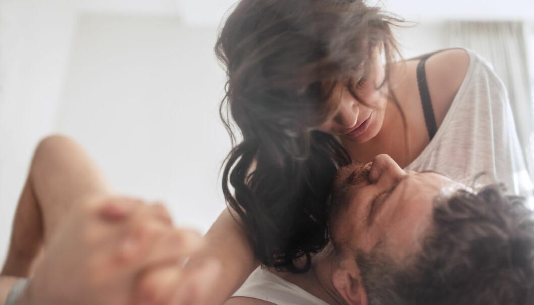 PRESTASJONSPRESS: – Vi ser at en del glemmer å nyte sex med seg selv eller en partner. Det å se riktig ut, lage de rette lydene, være «flink» og prestere bra, blir viktigere enn det å være i øyeblikket og nyte det som skjer, sier ekspert. FOTO: NTB Scanpix