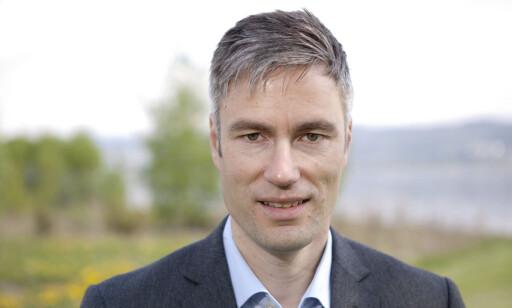 AVVENTER: Som alle andre bilimportører, sitter informasjonssjef Espen Olsen hos Toyota klare med regnearkene. Foto: Toyota