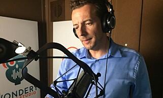 STÅR BAK: LA Times-journalist Christopher Goffard. Her i studio under innspillinga av «Dirty John». Foto: Karen Lowe