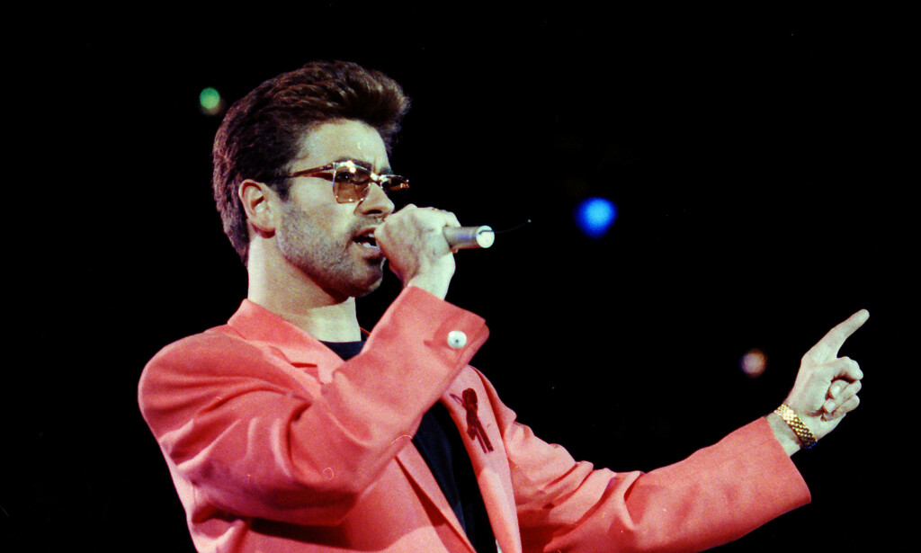 BERØMT OPPTREDEN: Da George Michael sto på scenen under «Freddie Mercury Tribute Concert for AIDS Awareness» på Wembley Stadium i 1992, sang han til sin dødssyke kjæreste. Foto: REUTERS/ NTB scanpix