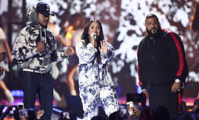 <strong>GODT SELSKAP:</strong> Demi Lovato er en av verdens største popstjerner. Her deler hun scenen med Chance The Rapper (til venstre) og DJ Khaled under iHeartRadio Music Festival. Foto: NTB scanpix