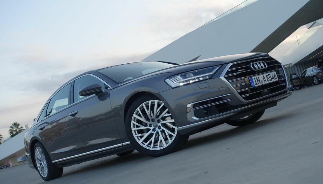 <strong>LETT GJENKJENNELIG:</strong> Fjerde generasjon Audi A8 har en design som ikke skiller seg veldig fra den øvrige merkevaren. Foto: Fred Magne Skillebæk