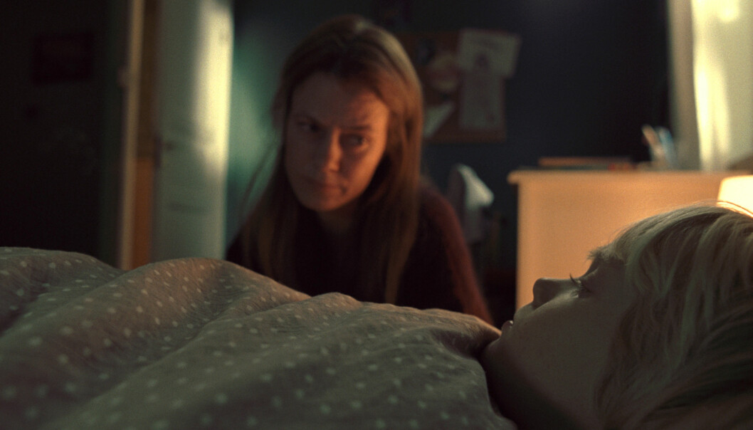 MOR OG SØNN: Kathrine Fagerland spiller moren til Aslak (spilt av Adam Ekli) i «Skyggenes dal». Foto: Marius Matzow Gulbrandsen