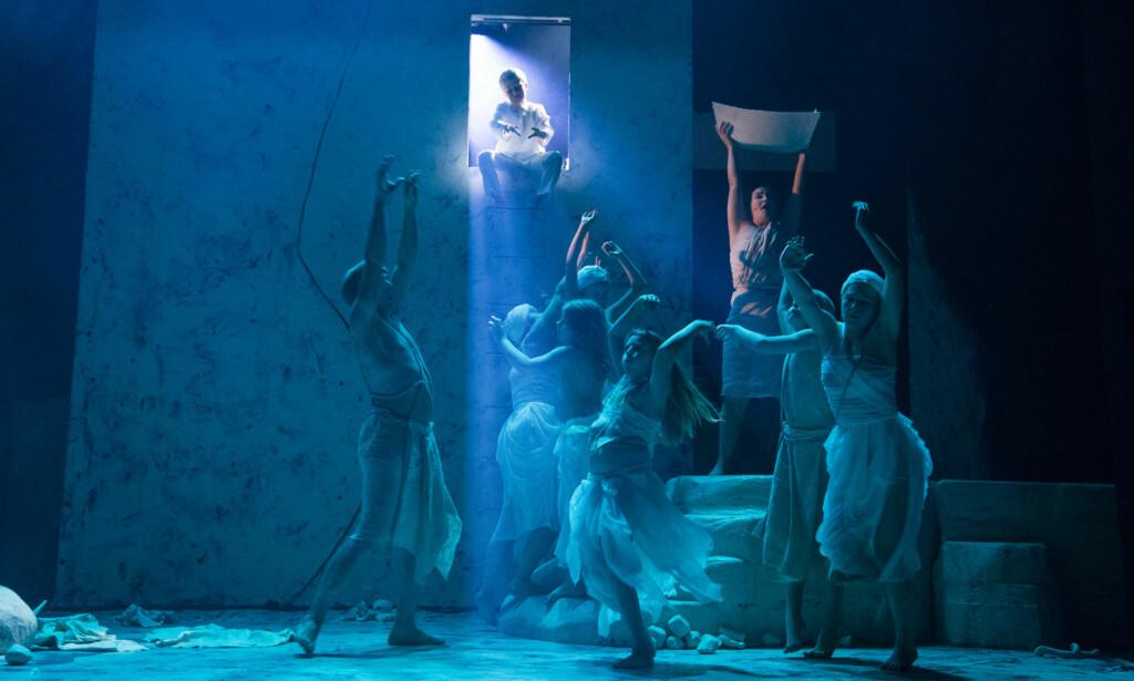 GUD OG MENNESKENE: Fra «Søndagsskolen», historien om Noah (Henriette Marø, med båt). Foto: Marit Anna Evanger, Trøndelag Teater