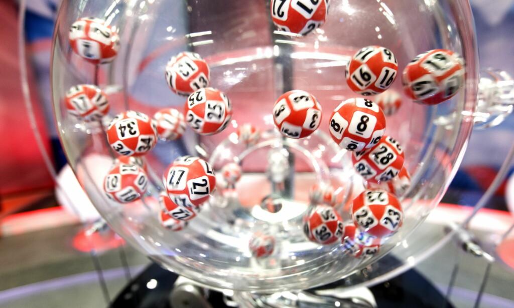 DOBBEL LYKKE: Mor og datter kunne begge prikke inn sju rette i Lotto lørdag kveld, etter at de hadde levert inn en gammel kupong som tilhørte bestemor. Foto: NTB Scanpix