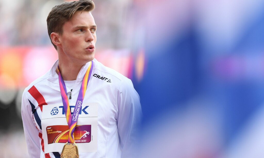 Gold medallist Norway's Karsten Warholm poses on the podium during the victory ceremony for the men's 400m hurdles athletics event at the 2017 IAAF World Championships at the London Stadium in London on August 10, 2017. / AFP PHOTO / Glyn KIRK