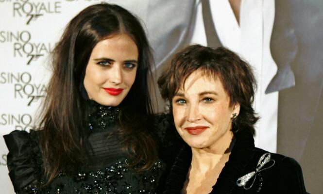 STÅR OPP: Marlene Jobert har valgt å fortelle om datteras angivelige skremmende opplevelser for å opplyse andre om hvordan Weinstein egentlig er. Her er de to på rød løper sammen i 2006. Foto: AP Photo/Jacques Brinon, NTB scanpix