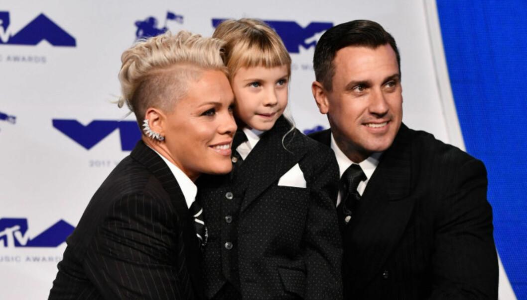 MATCHET: Både Pink, datteren Willow og ektemannen Carey Heart kom i matchende dresser under MTVs VMA-utdeling tidligere i år. Foto: Rex, Shutterstock / NTB scanpix