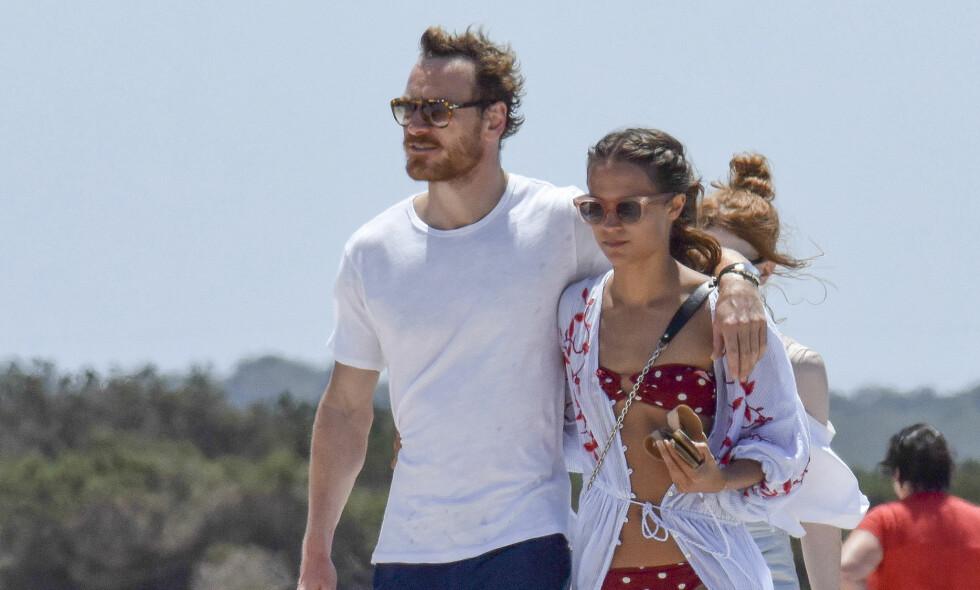GIFT: Alicia Vikander og Michael Fassbender nyter hverandres selskap på partyøya Ibiza. Her er paret avbildet ved en tidligere anledning. Foto: NTB Scanpix