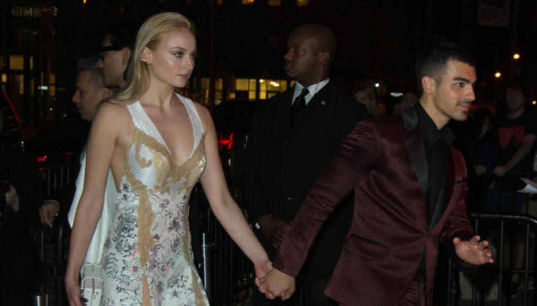 HÅND I HÅND: Sophie Turner og Joe Jonas under Met-gallaens etterfest i mai. Foto: NTB Scanpix