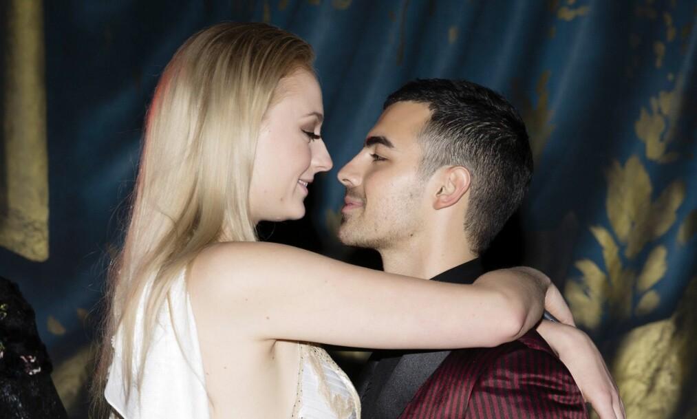 BLIR MANN OG KONE: Den britiske skuespilleren Sophie Turner (21) og sangeren Joe Jonas (28) skal gifte seg. Foto: NTB Scanpix