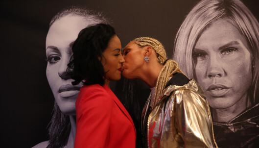 <strong>KYSSET:</strong> Her er kysset som kommer til å bli historisk. Foto: NTB Scanpix