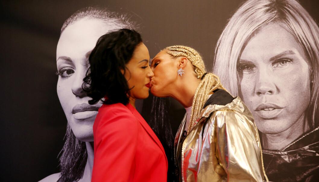 KLINTE TIL: Mikaela Laurén kysser Cecilia Brækhus under en pressekonferanse med bokserne mandag. De møtes til kamp i Oslo Convention Center i Stokke 21. oktober. Foto: Ørn Borgen / NTB scanpix Foto: Ørn Borgen / NTB scanpix