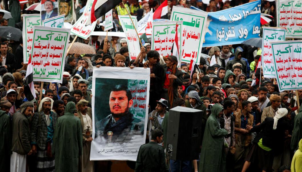<strong>OPPRØRSLEDER:</strong> Houthi-støttespillere holder opp en plakat av Abdulmalek al-Houthi i Sanaa i juli i år. Han skal nå beskytte Farouk Abdulhak - etter at Farouks far er en nær støttespiller til Jemens tidligere president, som lenge var alliert med houthiene. Foto: Khaled Abdullah / Reuters / NTB scanpix