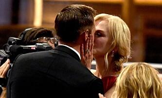 KLINTE TIL: Nicole Kidman ga kollega Alexander Skarsgård et kyss på munnen for å gratulere ham med prisen. Foto: NTB Scanpix