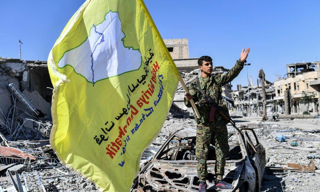 image: Jubler med flagg i gatene: amerikanskstøttede styrker skal ha erobret Raqqa fra IS