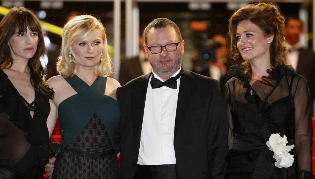 <strong>MED EKSKONA:</strong> Lars von Trier sammen med Bente Frøge (ytterst t.h.) og «Melancholia»-stjernene Charlotte Gainsbourg og Kirsten Dunst under filmfestivalen i Cannes i 2011. Foto: AP/ NTB scanpix