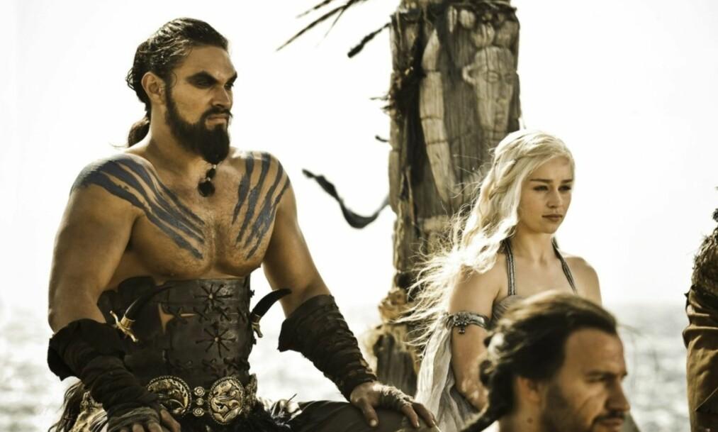 <strong>GIFTER SEG:</strong> Khal Drogo (Jason Momoa) og Daenerys Targaryen (Emilia Clarke) blir mann og kone i serien «Game of Thrones». Foto: HBO