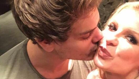 <strong>FORELSKET:</strong> Her får Mari et kyss på kinnet av sin nye kjæreste Andreas. Foto: Privat