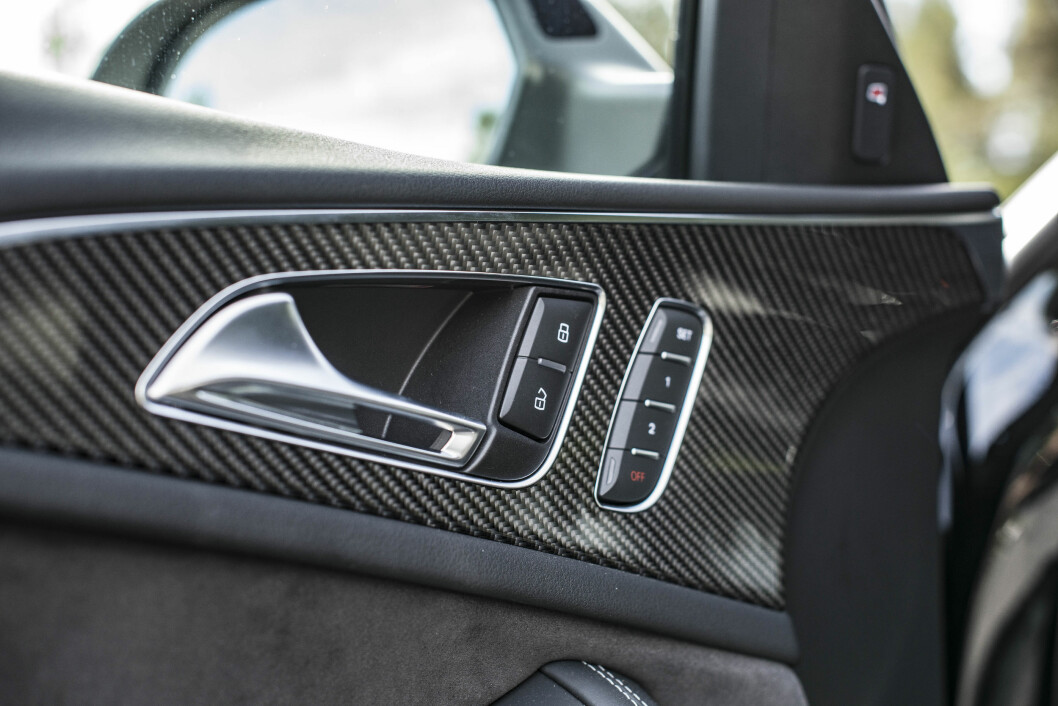 <strong>JÅLETE:</strong> Åpning av dørene blir selvsagt raskere når håndtakene er pyntet med karbon. Foto: Jamieson Pothecary
