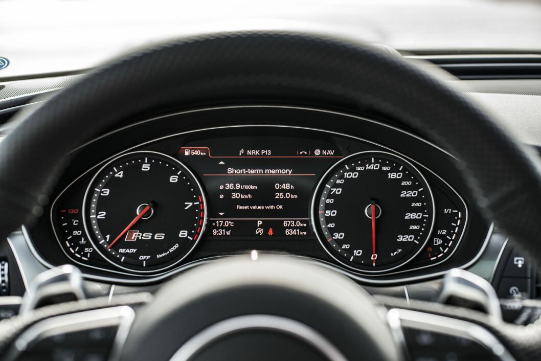<strong>UMULIG:</strong> Du kan prøve å gire raskere med rattspakene, men det går ikke.Foto: Jamieson Pothecary