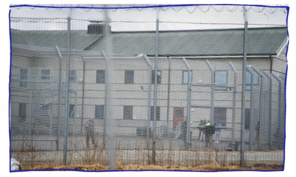 I LUFTEGÅRDEN: Bildet viser asylsøkere som venter på utsending i luftegården på Trandum i 2016. Foto: Heiko Junge / NTB scanpix