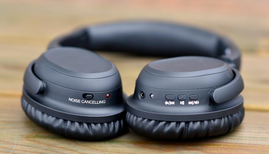 <strong>ENKEL BETJENING:</strong> De tre knappene på venstre øreklokke (til høyre i bildet) har alle dobbelt funksjon, og støyreduksjonen skrus av og på med bryteren på motsatt øre. Foto: Pål Joakim Pollen