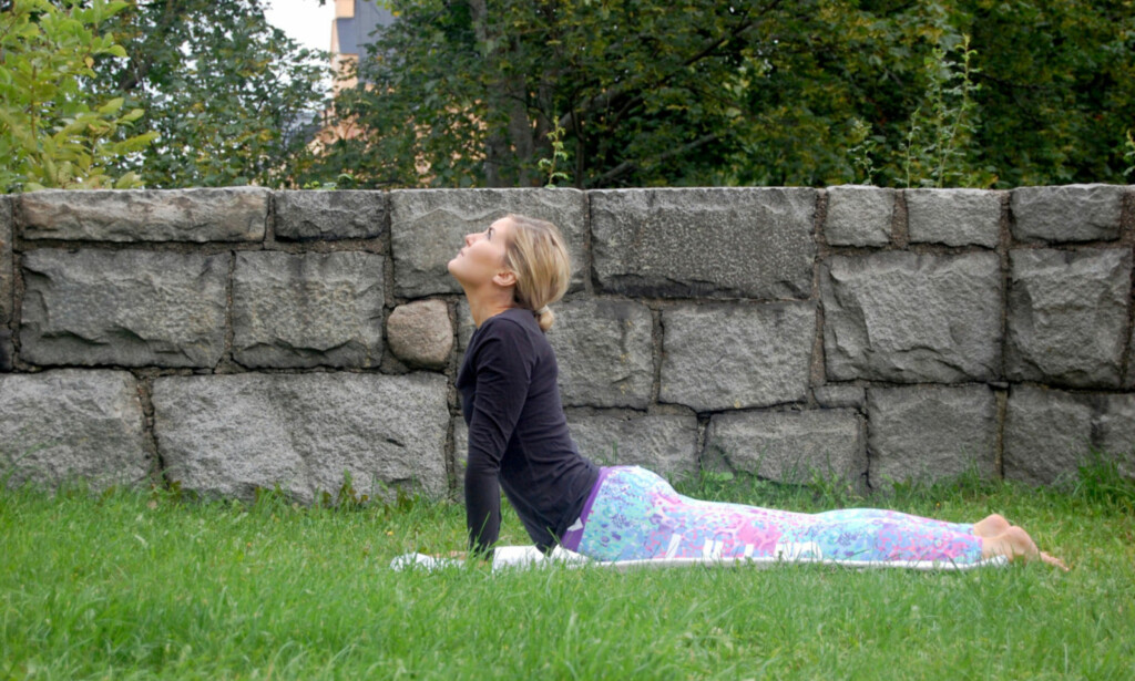 KOBRAEN: Legg den på magen med håndflatene ved siden av skuldrene. Press så overkroppen opp ved hjelp av armene. Se i tillegg opp for å få maksimalt ut av posisjonen. FOTO: Johanna Bengtsson