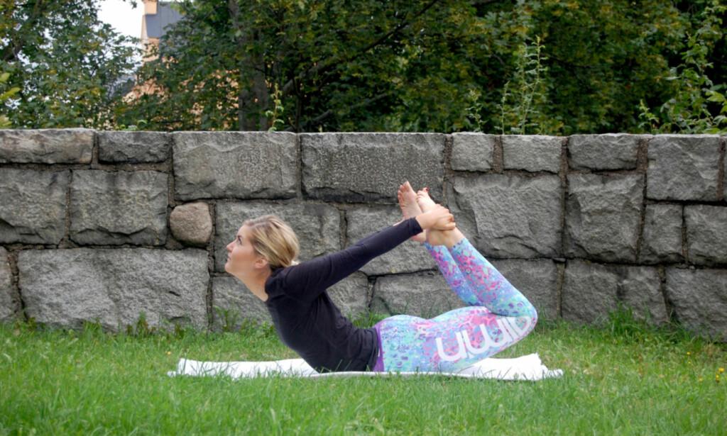 BUEN: Ligg på magen, ha haken på gulvet, bøy knærne dine og ta tak i foten. Løft så opp ben og overkropp så høyt du klarer. FOTO: Johanna Bengtsson