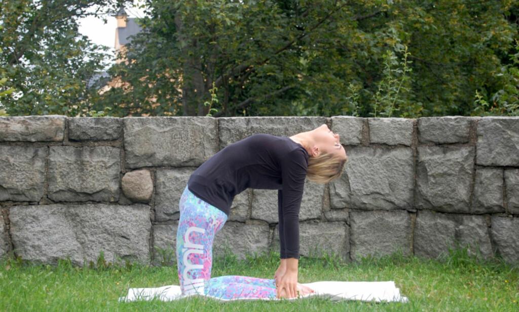KAMELEN: Sett deg på knærne med rett rygg, ta tak i hælene dine, og skyt frem hoftene. Strekk deg forsiktig bakover. Hold posisjonen så lenge det føles komfortabelt.