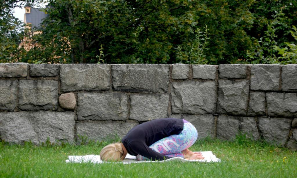 BARNETS POSISJON: Dette er en posisjon som sies å lindre stress og hjelper til med å slippe spenninger i ryggen. Sett deg på kne og len deg fremover, med armene nedover langs siden. Pust dypt. FOTO: Johanna Bengtsson
