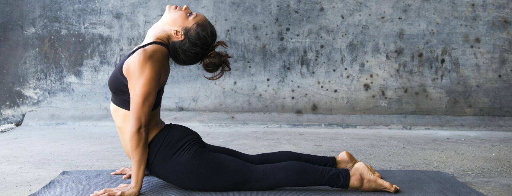 KAN HJELPE: All ære til varmeputer, sjokolade og smertestillende – men visste du at også yoga kan hjelpe mot menssmerter? FOTO: Scanpix