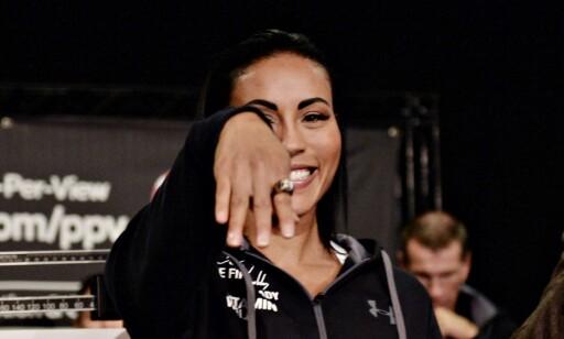 BEÆRET: Cecilia Brækhus fikk overrakt en ring som et bevis på at hun er en av historiens største boksere. Foto: John T. Pedersen / Dagbladet