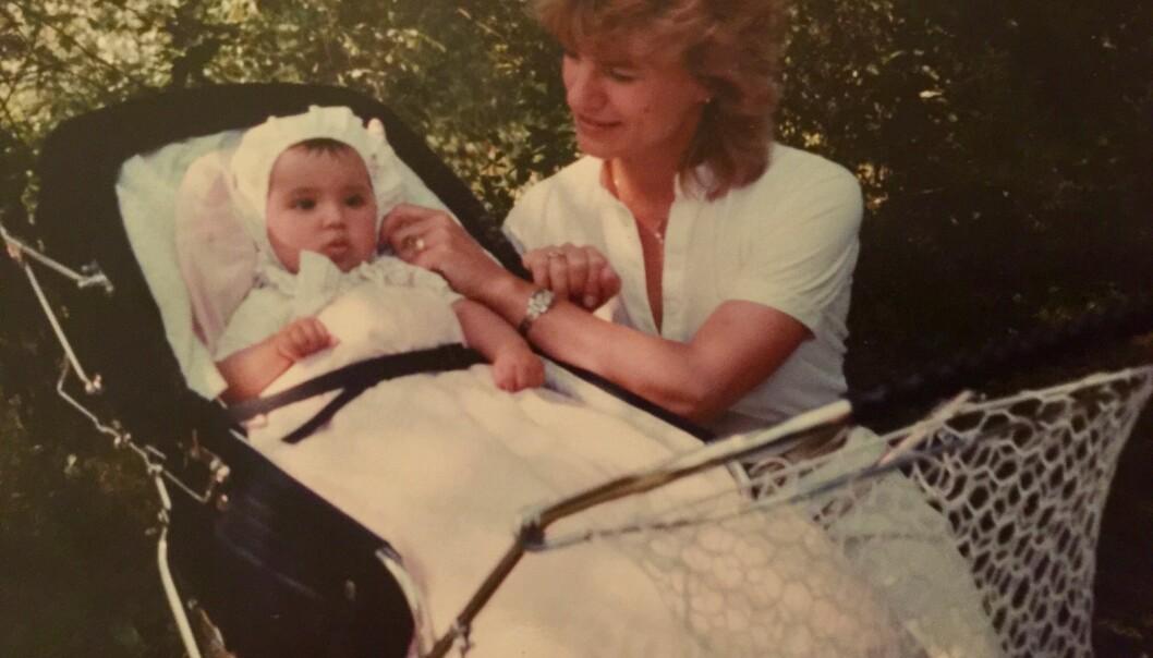IDYLL: Jorun vokste opp i Vennesla i Vest-Agder. Her koser hun seg med moren en gang på 1980-tallet. Foto: Privat