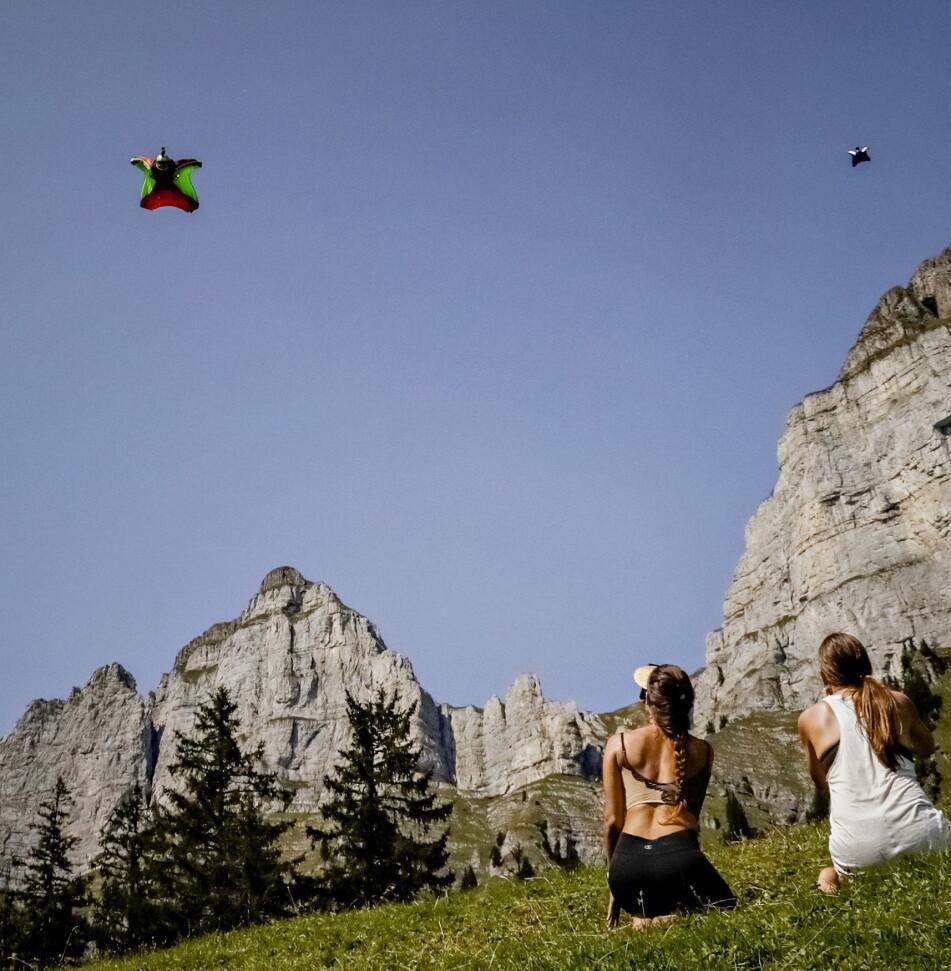 Felix Lorentzen and Jokke Sommer doing a «flyby» in the mountains above Walenstadt, Switzerland. Photo: Jørn H. Moen / Dagbladet