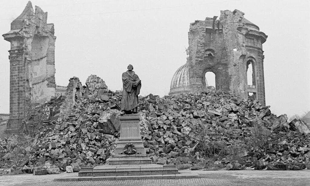 DRESDEN-BOMBINGEN: Vår Frues kirke i Dresden ble liggende i ruiner etter andre verdenskrig, som et minnesmerke over bombingen av Dresden 13. til 15. februar 1945. Bildet er fra 1967. Foto: NTB Scanpix
