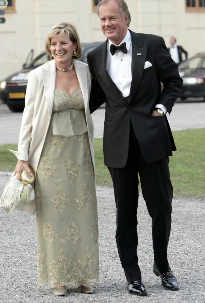 I GODT SELSKAP: Stefan Persson og kona Carolyn Denise lot seg avbilde på vei til kong Carl Gustafs private bursdagsmiddag på Drottningholms slott i 2006. Foto: NTB scanpix