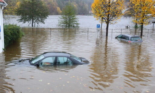 OVERSVØMT HELG: Regnet øste ned på Sørlandet i helga og forvandlet veier, parkeringsplasser og folks hager til svømmebasseng. Her er biler under vann i Tvedestrand. Foto: Kristian Vabo / NTB scanpix