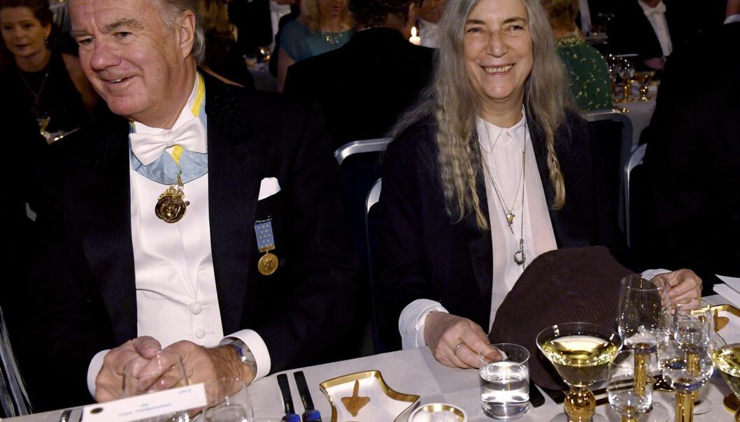 SITTER GODT I DET: Stefan Persson til bords med rockeikon Patti Smith under Nobelbanketten i Stockholm i 2016. Foto: NTB scanpix