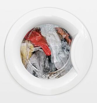 VÆR RASK: Tømmer du vaskemaskinen rask unngår du vond lukt, skrukkete tøy og bakterier. FOTO: NTB Scanpix