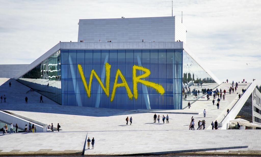 KRIGENS BEGRAVELSE: Det som så ut som tagging på fasaden av operahuset i Bjørvika, var reklame for oppsetningen av komponisten Benjamin Brittens «A War Requiem» i 2016. Foto: Heiko Junge / NTB scanpix