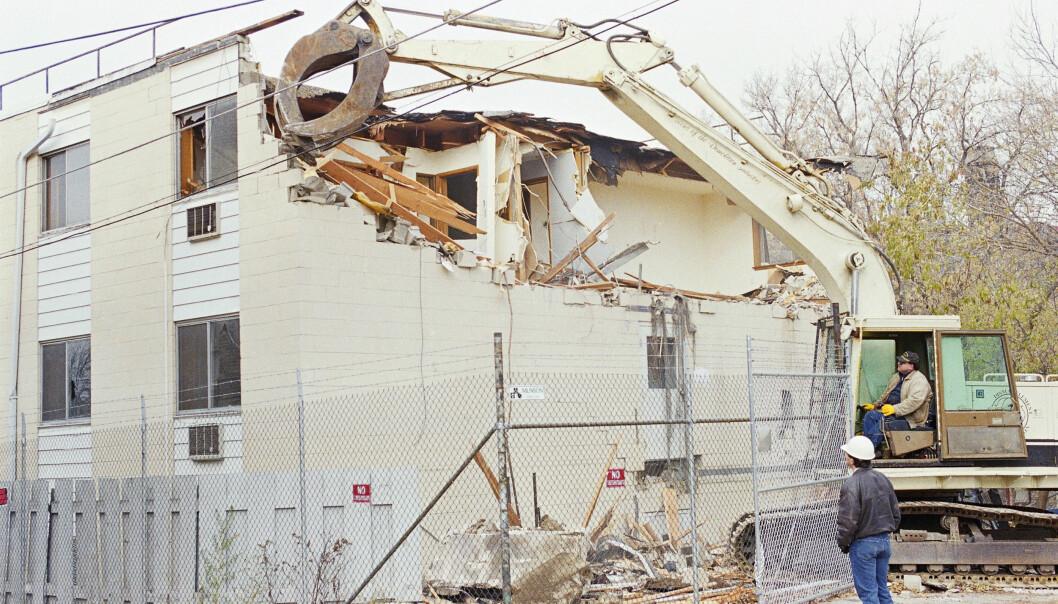 SLETTET SPORENE: I november 1991, fire måneder etter at Dahmel ble avslørt, valgte myndighetene å rive leilighetskomplekset hvor 12 av hans 17 ofre ble drept. Foto: NTB Scanpix