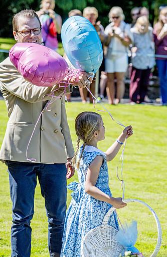 NÆRT FORHOLD: Prins Daniel har et varmt og nært forhold til datteren prinsesse Estelle. Dette bildet er fra Victorias 40-årsdag i sommer. Foto: NTB Scanpix