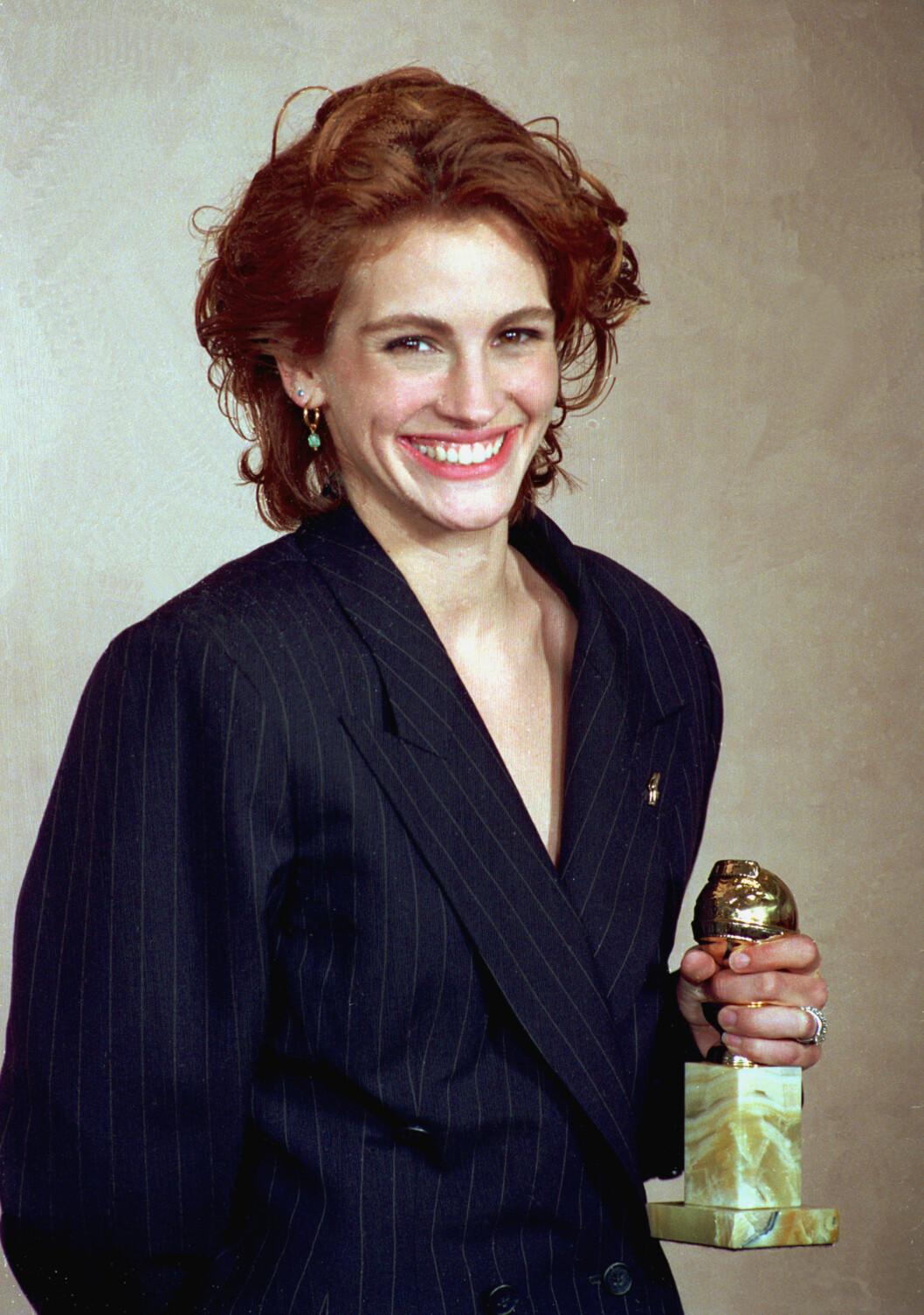 Julia Roberts poserer med sin Golden Globe-pris i 1991.