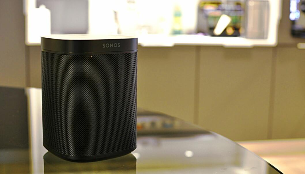 <strong>ELEGANT OG VELLYDENDE:</strong> Sonos One fungerer svært bra, selv uten stemmestyringen. Den har ikke kommet til Norge ennå. Foto: Tore Neset