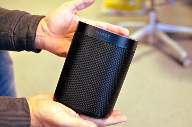 <strong>LITEN:</strong> Sonos One er ikke stort større enn en vanlig DAB-bordradio, men den kan mye mer. Foto: Tore Neset