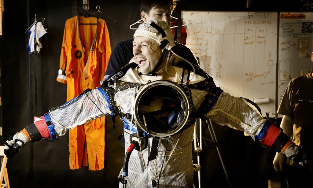 HØYT OG LAVT: Peter Madsen prøver drakten han skulle bruke i sin hjemmelagede romrakett. Foto: Bo Tornvig