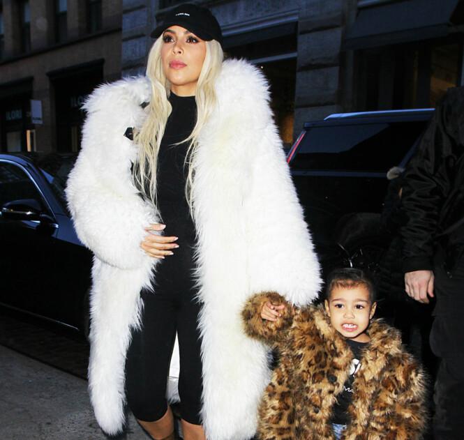 KLER SEG VARMT: Kim Kardashian og North West var begge iført pelskåper i New York i fjor. Foto: Splash News