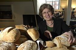 Professor i mat- og ernæringsvitenskap Wenche Frølich har forsket på brød og mel hele sitt yrkesliv. Foto: OLE C. H. THOMASSEN