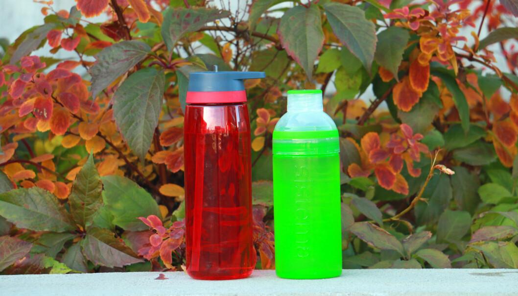 <strong>LEKKER MYE:</strong> Disse drikkeflaskene, fra McKinley og Sistema, lekker mye i vår test. Foto: Kristin Sørdal
